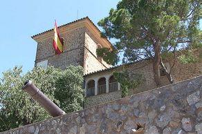 Mallorca – Deià  – Kirchturm, ehemals ein Wehrturm, mit Kanone