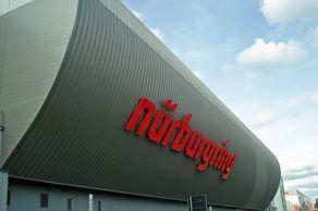 Nürburgring – das Logo auf dem Neubau an der Bundesstrasse vor der Rennstrecke
