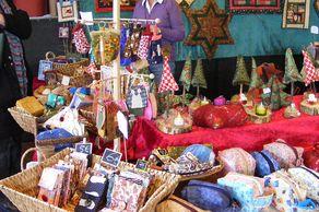 Weihnachtsmarkt Euskirchen – Stand mit Textiliengeschenken
