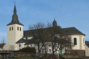 Kirche Mariä Himmelfahrt in Bleialf – links der gotische Turm, rechts der um 1900 angebaute Kirchenbau