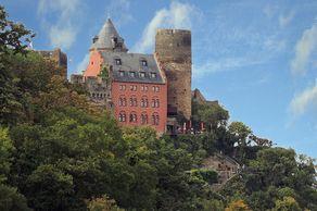 Die Schönburg liegt weithin sichtbar auf einem Felsmassiv oberhalb von Oberwesel, dessen Stadtbefestigung noch weitgehend erhalten ist.