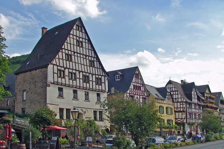 Ediger-Eller – Uferpromenade mit alten Fachwerkhäusern in Ediger