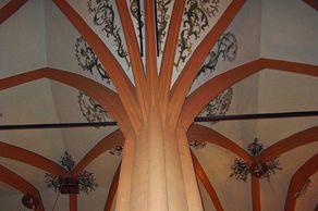 """Kronenburg – ein einzelner Pfeiler trägt das ganze Gewölbe der Kronenburger """"Einstützenkirche"""" von 1508. Der Kirchturm diente gleichzeitig als zusätzlicher Wehrturm der Burganlage"""
