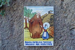 Mallorca – Valldemossa. Neben fast allen Haustüren findet man Kacheln mit Darstellungen aus dem Leben der Inselheiligen Catalina Thomás.