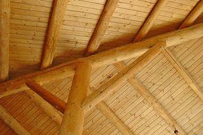 Sankt-Barbara-Kapelle in Buchet – die Decke aus Eifeler Fichte stilisiert ein Buchenblatt