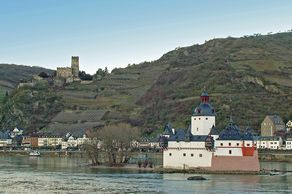 Burg Pfalzgrafenstein im Rhein mit Burg Gutenfels im Hintergrund