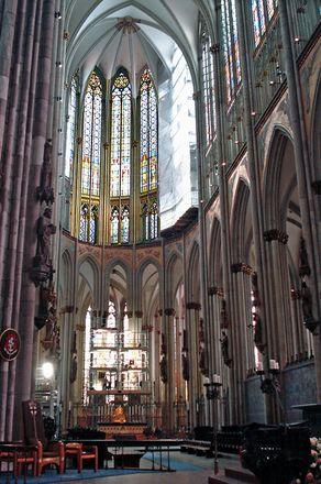 Kölner Dom – Blick in den Innenraum mit Chor