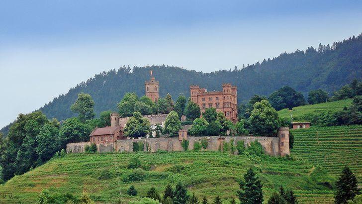 Schloss Ortenberg umgeben von Weinbergen in der Ortenau