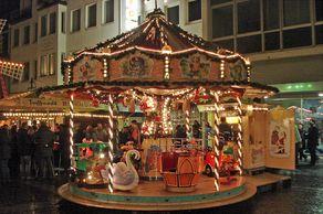 Weihnachtsmarkt mit historischen Karussel in Brühl
