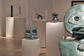 Max-Ernst-Museum in Brühl – Innenrraum mit Kleinplastiken