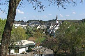 Manderscheid – Blick auf Tourist-Infos und Ort