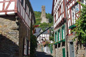 Eifel – Monreal, ein wohl schönste Eifeldorf mit Fachwerkhäusern und der Phillippsburg im Hintergrund