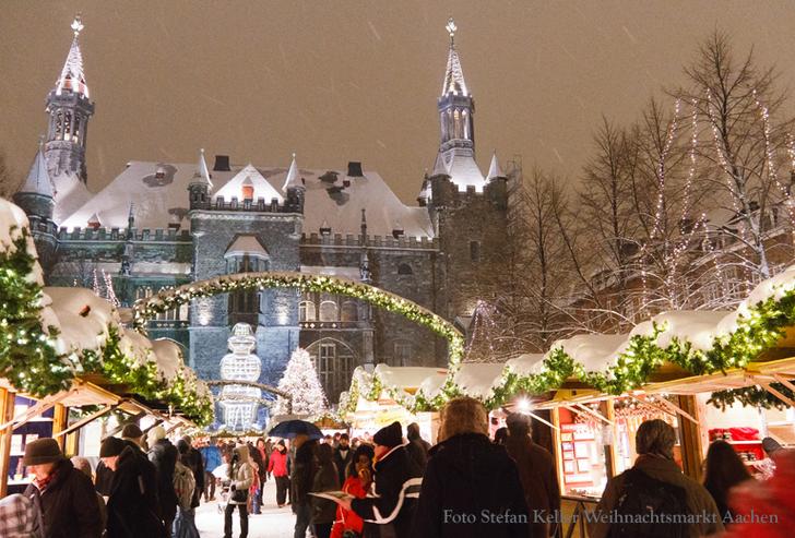 Weihnachtmarkt Aachen vor dem Rathaus © Weihnachtmarkt Aachen