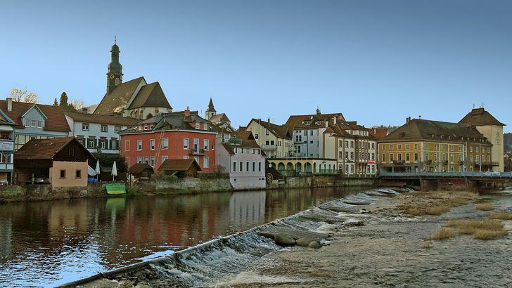 Blick auf die Altstadt von Gernsbach am Ufer der Murg