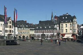 Mayen - der große Marktplatz mit Brunnen und Rathaus mit Uhrturm von 1717