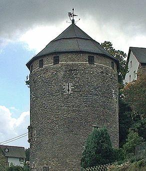Burg Monschau – großer Wehrturm mit einem kleinen Zugang