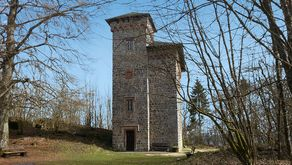 Ahrsteig – die Schlossruine Aremberg. Der heutige Turm wurde 1854 aus den Resten des ehemaligen Schlosses erbaut.