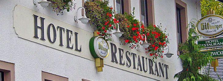 Schriftzug Hotel Restaurant auf der Fassade
