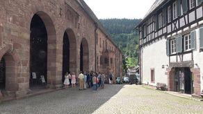 Alpirsbach – Eingang Klosterkirche und Fachwerkhaus