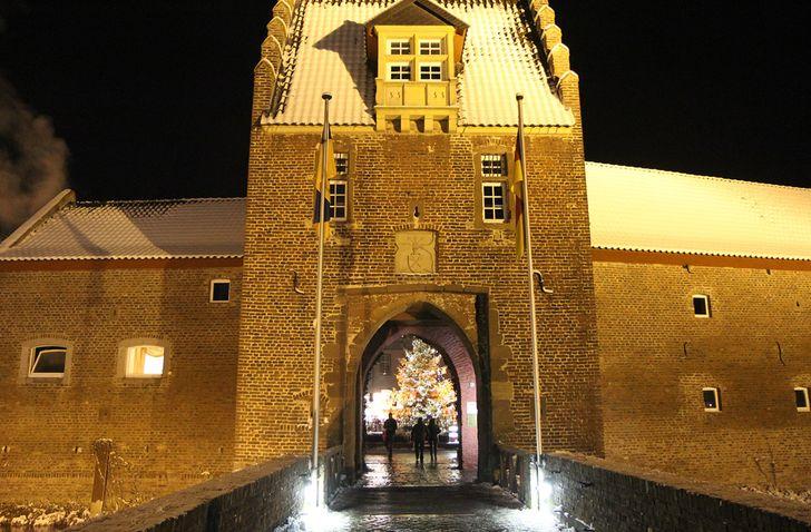 Weihnachtsmarkt Burg Heimerzheim – durch das Burgtor zum Markt © Foto Burg Heimerzheim