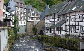 Monschau – die Rur flußaufwärts mit den alten Tuchmacherhäusern