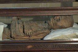 """Sinzig – St. Peter – in der Seitenkapelle liegt der """"Vogt von Sinzig"""", eine mumifizierte Leiche mit abenteuerlicher Geschichte"""