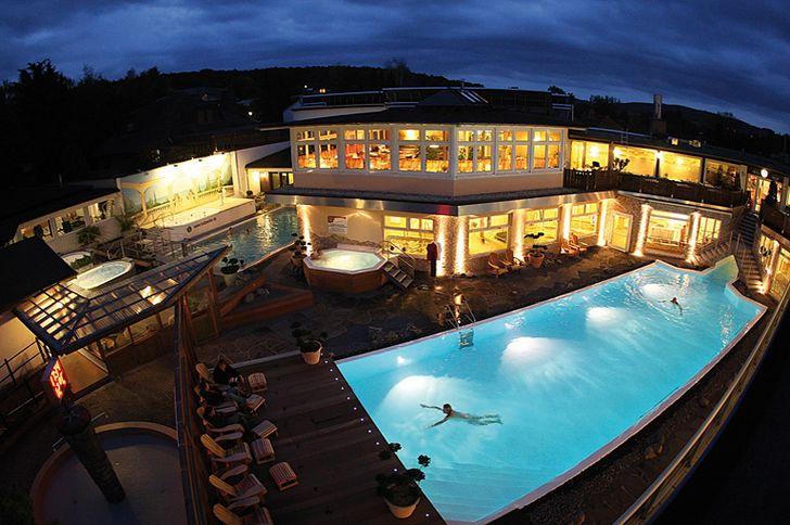 Holzweiler – Panoramasauna – Abendstimmung am Schwimmbad © Panoramasauna