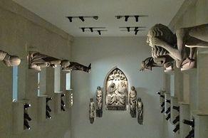 Augustinermuseum Freiburg – Austellung in der Skulpturenhalle mit steinernen Originalfiguren des Freiburger Münsters