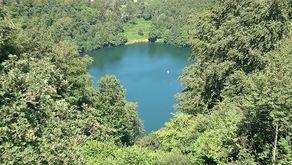 Gemündener Maar mit dem rundum bewaldeten Ufer
