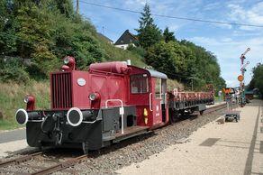 Am ehemaligen Eisenbahn-Knotenpunkt Pronsfeld steht eine alte Lok am Radweg