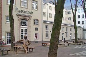 Hänneschen-Theater in Köln – bis 2014 saß die Bronzeskulptur von Willi Milowitsch vor dem Eingang