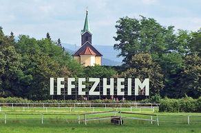 Galopprennbahn Iffezheim – der berühmte Schriftzug gegenüber der Zielgeraden