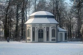 Kapelle des Jagdschlosses Falkenlust. Das Oktogon wurde als Eremitengrotte mit Muscheln, Mineralien und Kristallen ausgeschmückt.