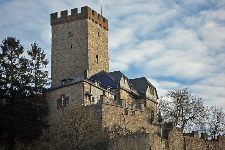 Burg Kerpen mit dem mächtigem Bergfried in Kerpen / Eifel