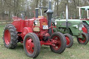 Historische Traktoren (Lanz Bulldog, Fahr, Fendt Porsche, Deutz etc.) stehen für die Weiterverarbeitung und den Transport bereit.