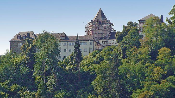 Blick auf die Marienburg vom Moseltal aus.