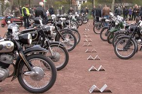 Motorrad-Veteranen-Rallye Dom-Esch – Aufstellung der Motorrad-Veteranen auf dem Sportplatz