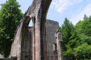 Klosterruine Allerheiligen – Mauerreste der Klosterkirche mit gotischem Spitzbogen