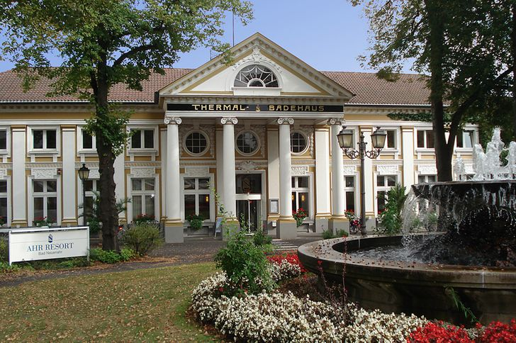 Bad Neuenahr Thermal-Badehaus - Eingang mit Blumen geschmückt